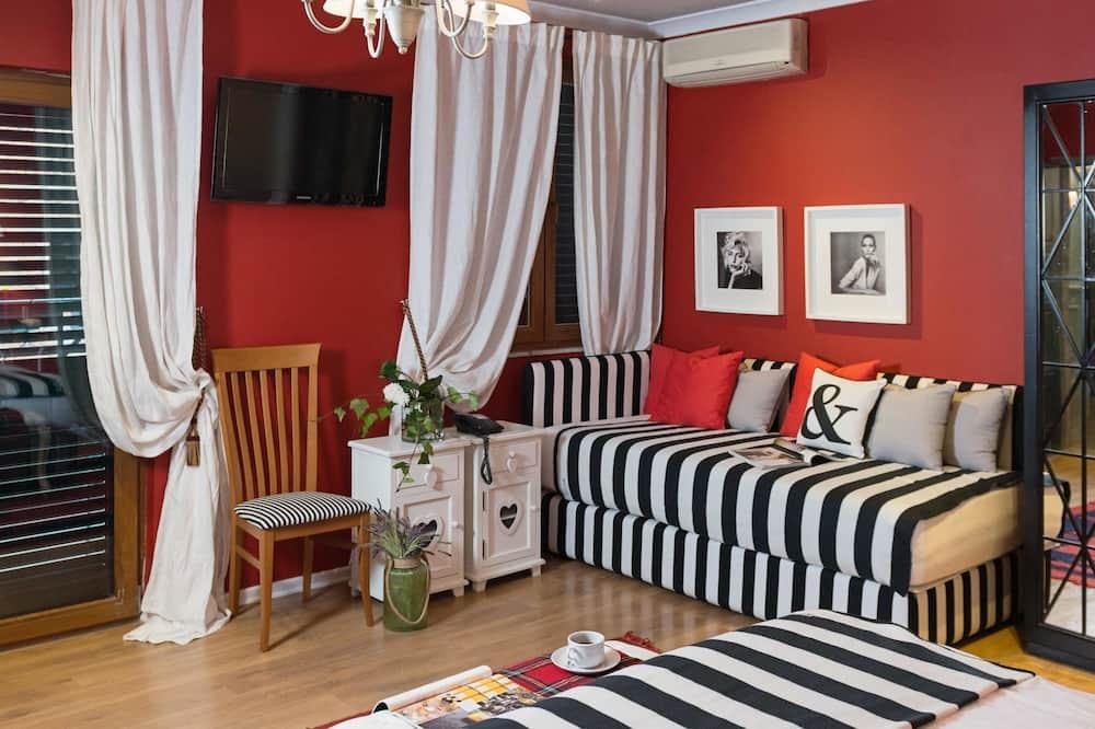 Pagerinto tipo kambarys (1 dvigulė / 2 viengulės lovos), 1 labai didelė dvigulė lova - Svetainės zona