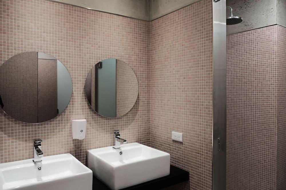 Habitación cuádruple urbana, Varias camas, baño compartido - Baño