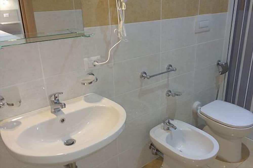 Deluxe Triple Room, Sea View - Bathroom