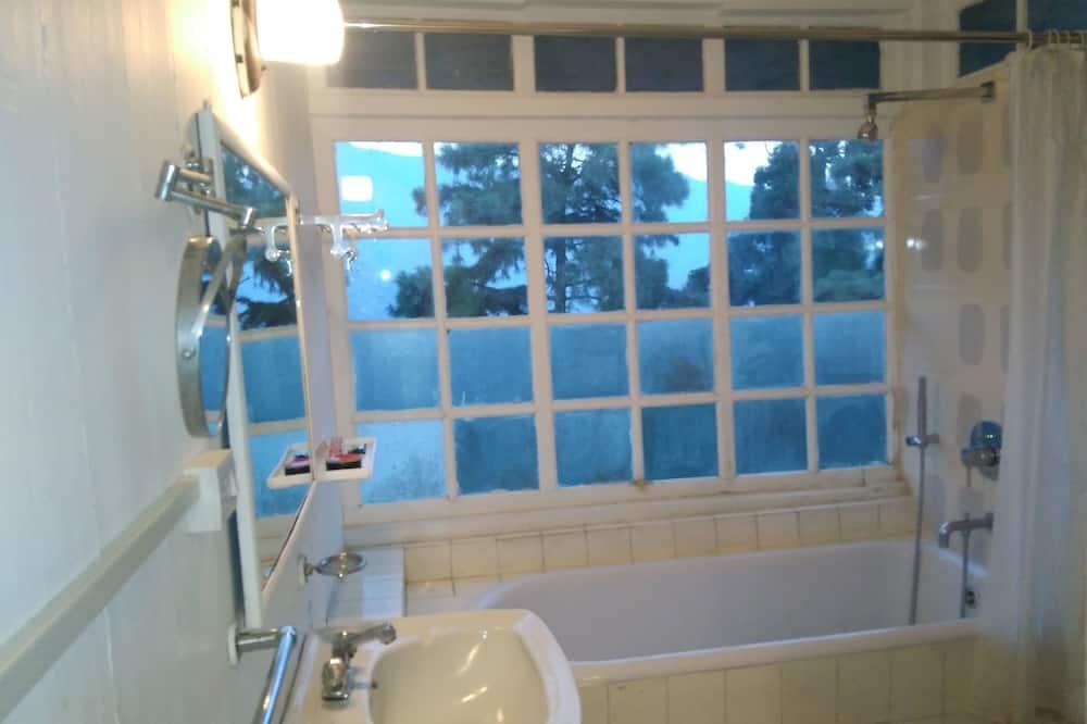 Traditional Double Room, Garden View, Garden Area - Bilik mandi