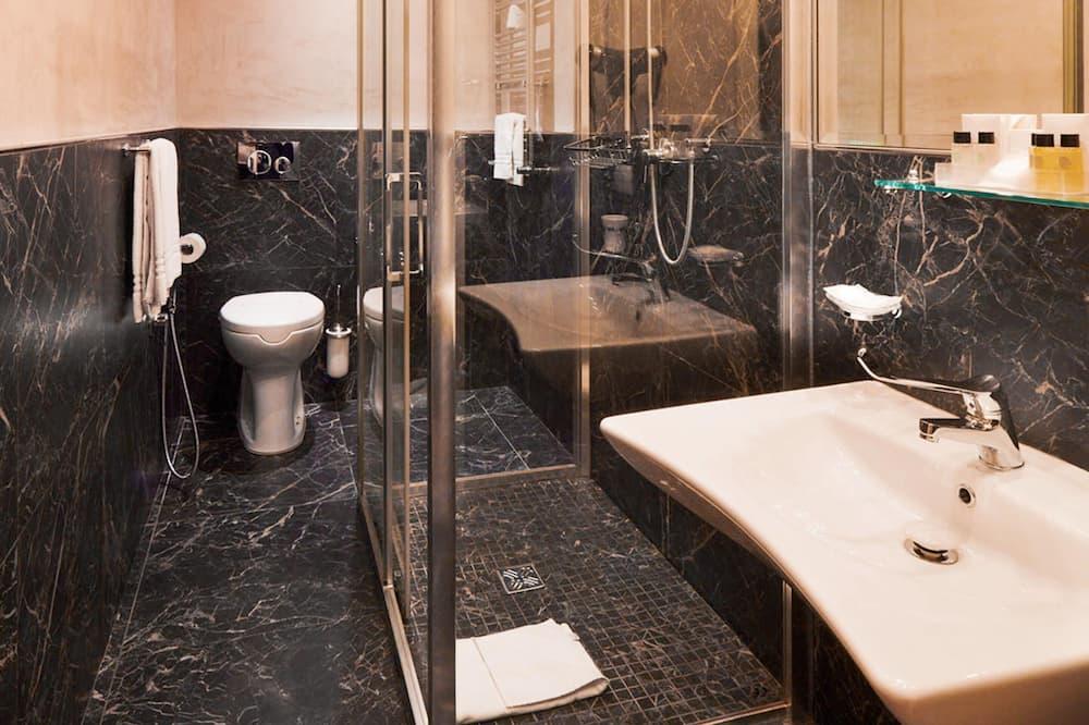 Třílůžkový pokoj typu Comfort, vhodný pro alergiky (Stair Access Only) - Koupelna