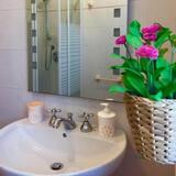 Pamatklases divvietīgs numurs, privāta vannasistaba (External) - Vannasistaba