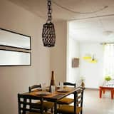 Design studio suite, 1 queensize bed met slaapbank, kitchenette - Eetruimte in kamer