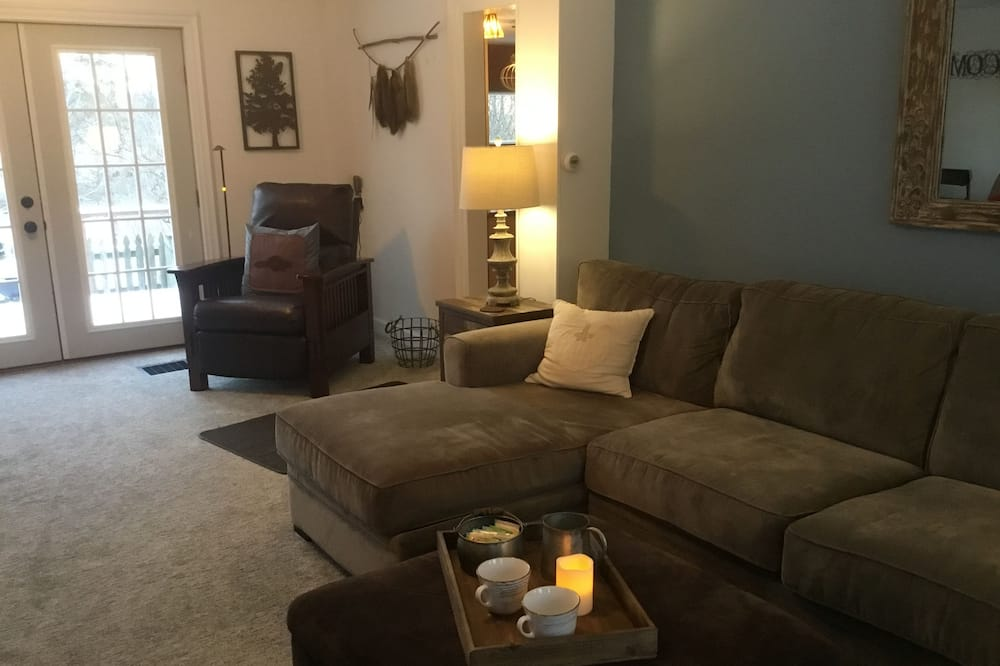 Romantic Suite, Private Bathroom (Farmhouse Suite) - Living Area