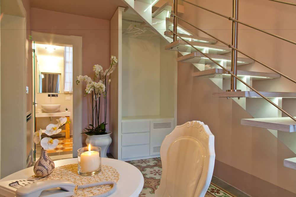 Deluxe Single Room, Balcony - Living Area
