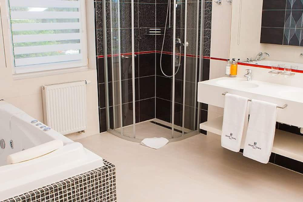 Exclusive Suite, 3 Twin Beds - Bathroom