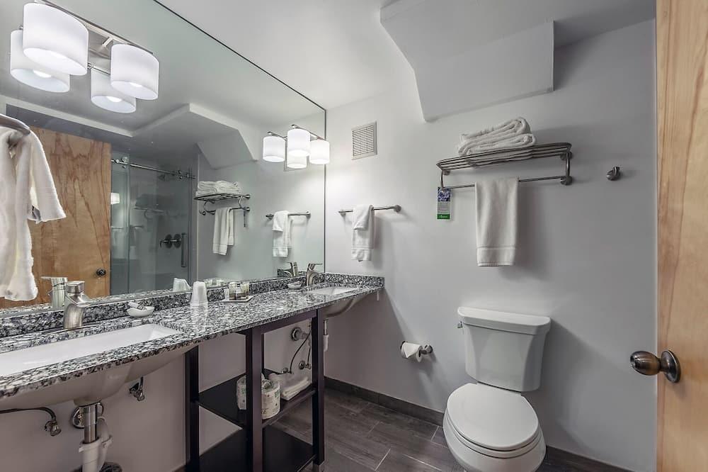 Luxusná izba, 1 extra veľké dvojlôžko, krb, výhľad na hory - Kúpeľňa