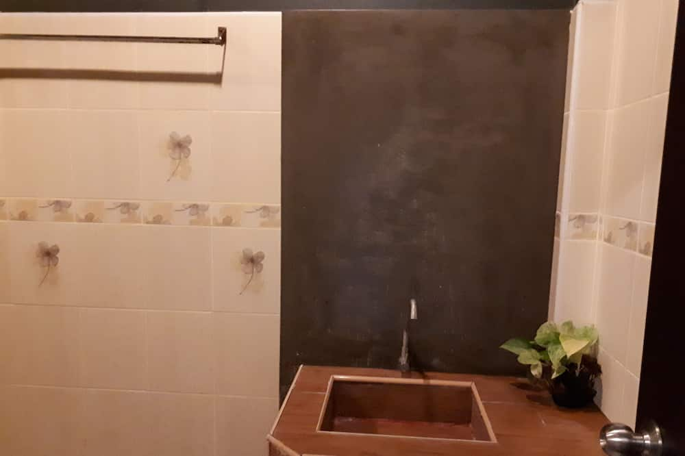 Standard Double Room with River View - Chậu rửa trong phòng tắm