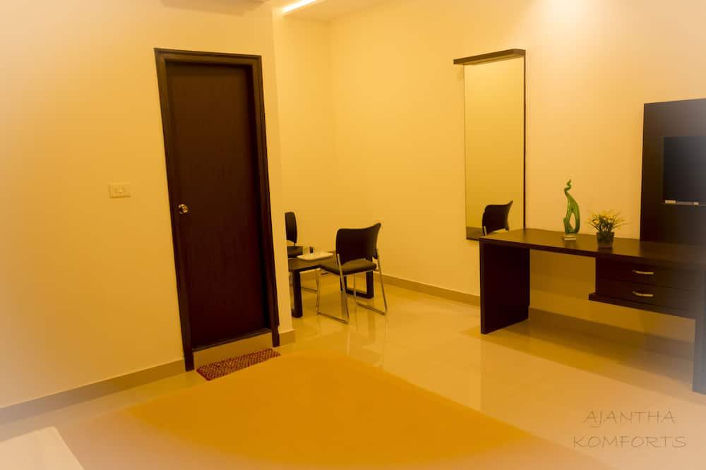 Club Room, 1 Bedroom, Non Smoking, City View - Living Area