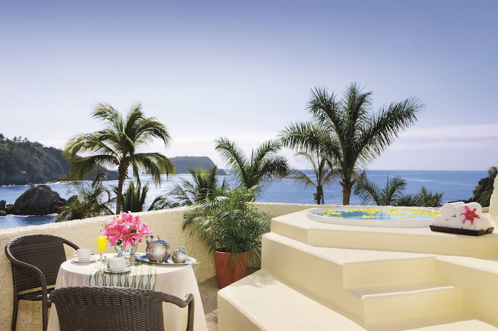 Junior Suite, 1 King Bed, Jetted Tub, Oceanfront (Preferred Club) - Balcony