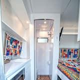 Rekreačná chata typu Premium, 1 veľké dvojlôžko, chladnička a mikrovlnná rúra, výhľad na záhradu - Kúpeľňa
