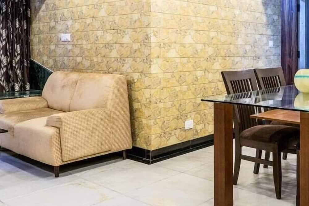 Paaugstināta komforta dzīvokļnumurs, divas guļamistabas, virtuvīte, skats uz pilsētu - Numura ēdamzona