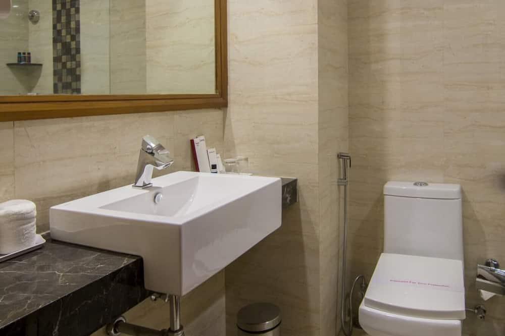 Business Suite, 1 King Bed, Smoking, Garden View - Bathroom