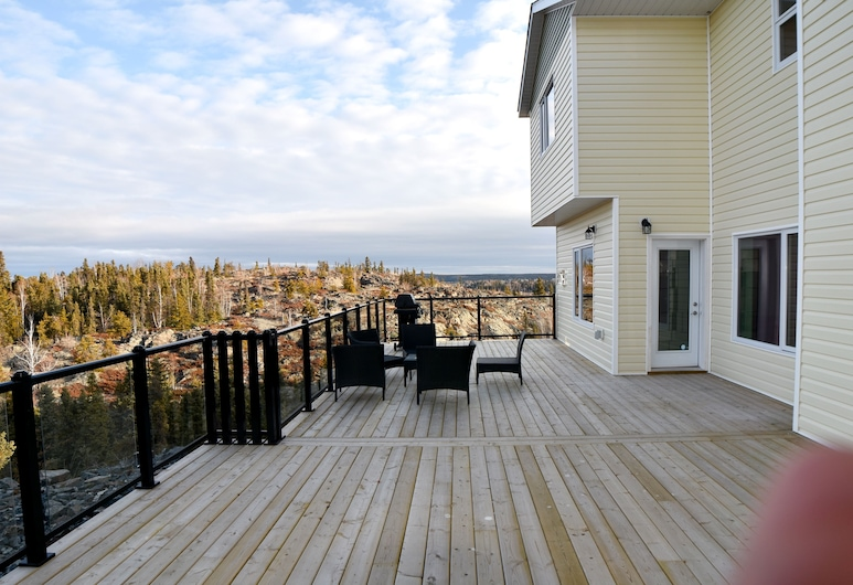 Aurora Deluxe Vacation Guest House, Yellowknife, Luxury House, Terrace/Patio