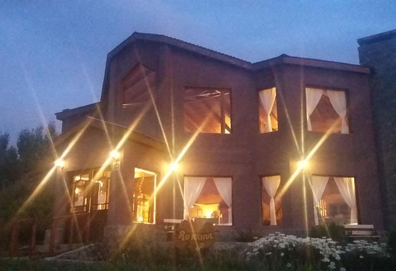 Hosteria Rukahue, El Calafate, Fachada del hotel de noche