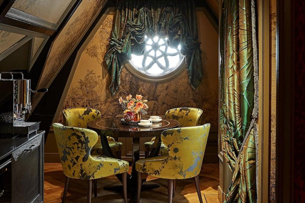 Grand Terrace Suite - Essbereich im Zimmer