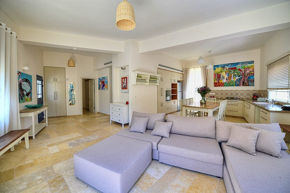 Family House, 2 Bedrooms, Mountain View, Mountainside - Living Room