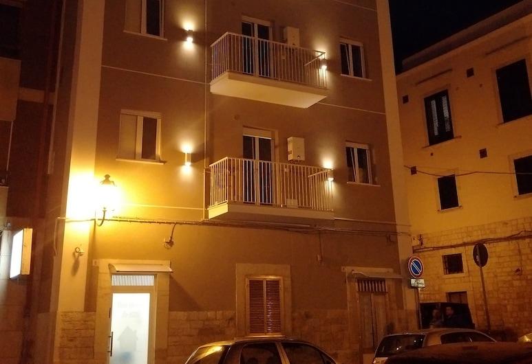 Casa Vacanze De Nittis, Barletta, Facciata della struttura di sera