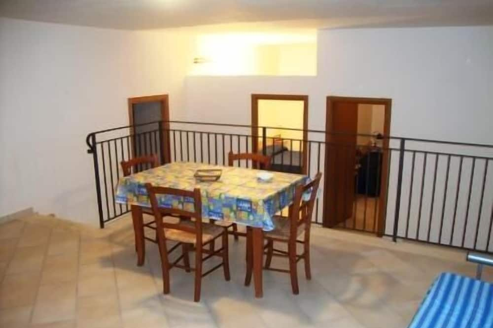 Apartment, 2 Bedrooms, Courtyard View - Living Area