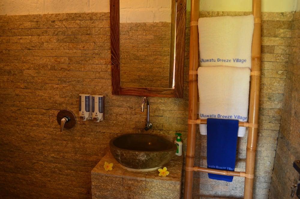 Deluxe-bungalow - ikke-ryger - udsigt til pool - Vask på badeværelset