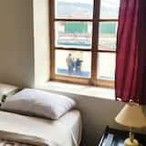 Szoba két külön ággyal, közös fürdőszoba, kilátással a parkra - Vendégszoba
