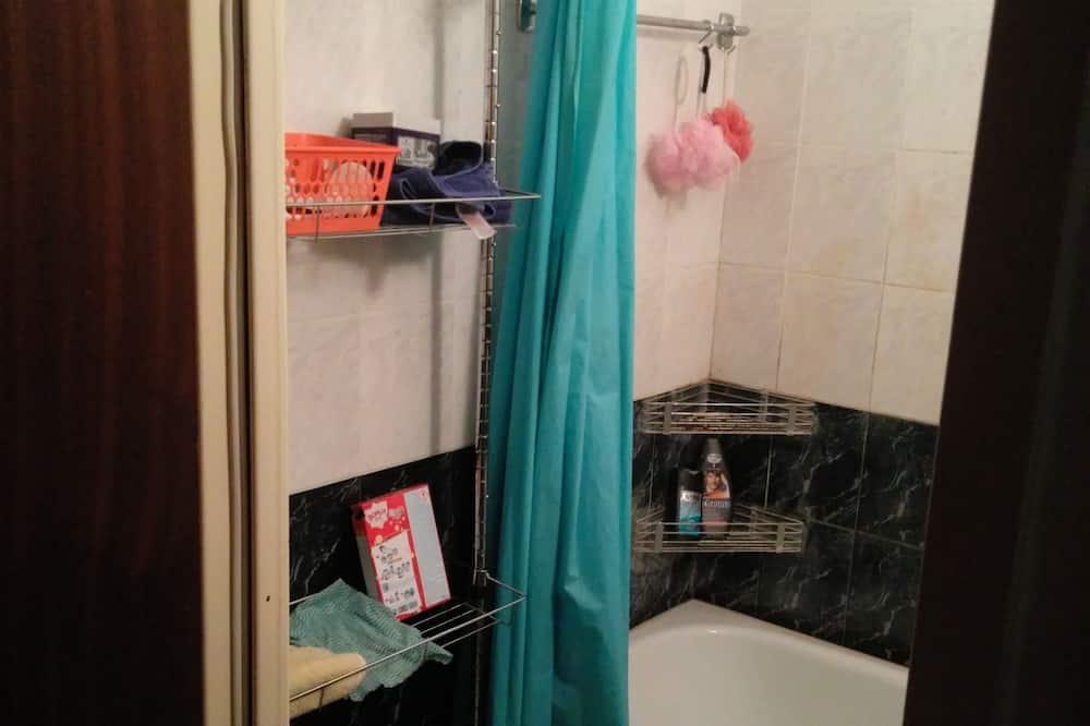 Basic Δίκλινο Δωμάτιο (Twin), 2 Μονά Κρεβάτια, Χωρίς Παράθυρα - Μπάνιο