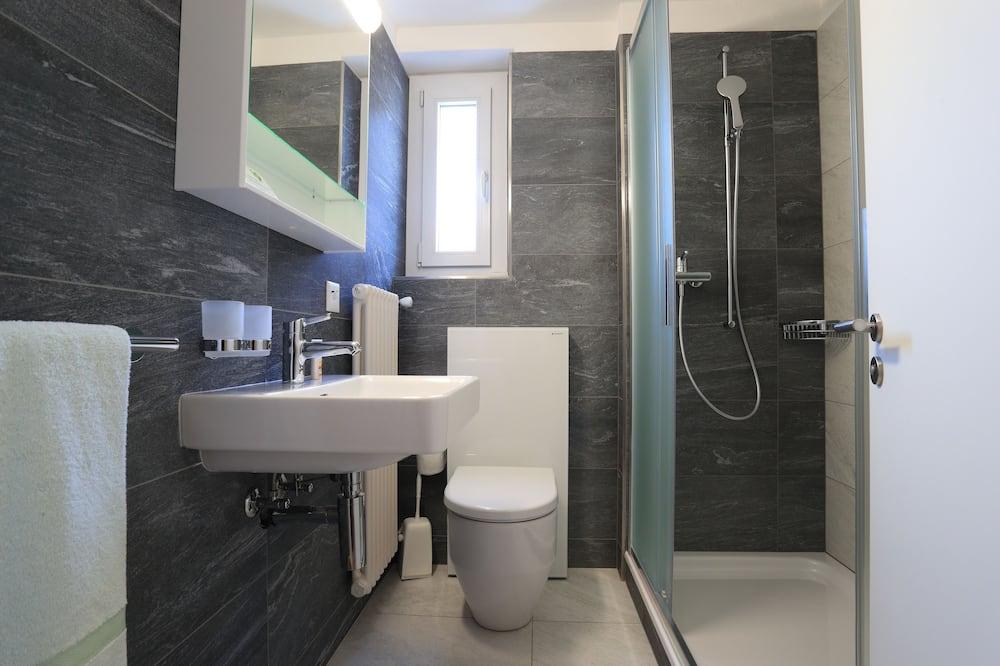 Standard Double Room, 2 Twin Beds, 2 Bathrooms - Bathroom