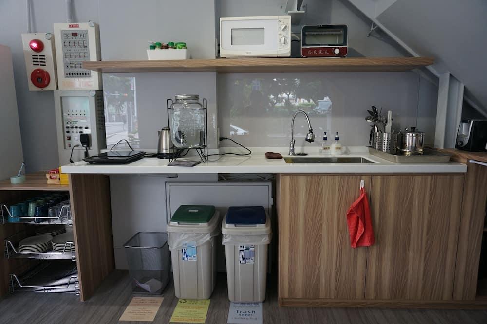 Slaapzaal, alleen vrouwen - Gemeenschappelijke keuken