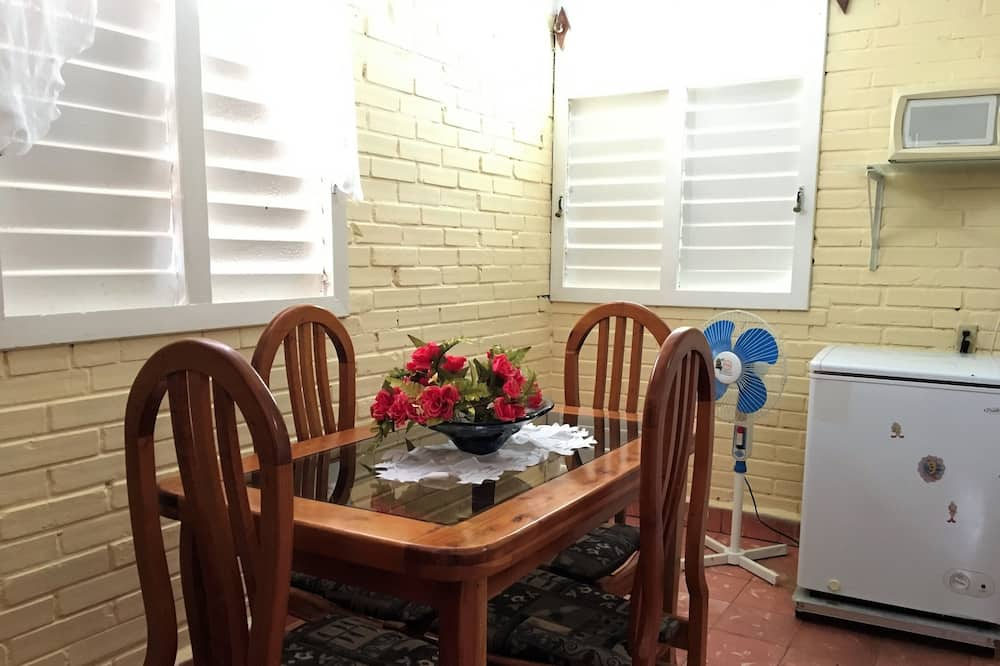 Dobbeltværelse med dobbeltseng eller 2 enkeltsenge - Spisning på værelset