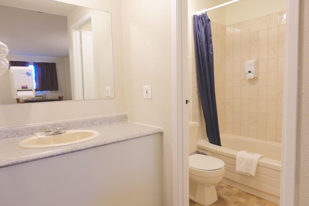 Deluxe Double Room, 2 Queen Beds - Bathroom