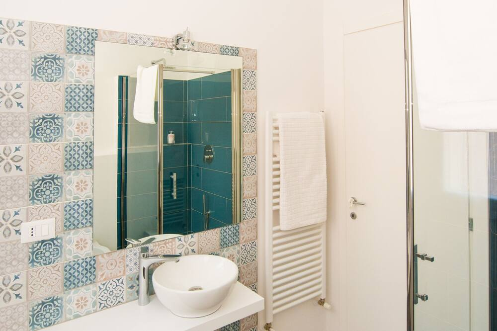 Comfort Double or Twin Room, 1 King Bed, Private Bathroom - Bathroom