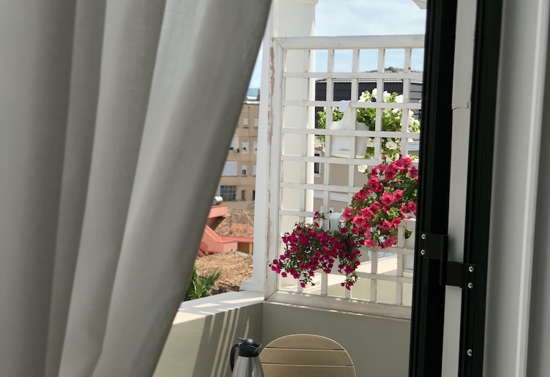 Amfiteatri boutique hotel, דורס, חדר דה-לוקס זוגי, מיטת קווין, נוף חלקי לים, מרפסת