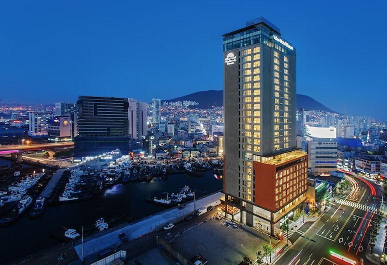Value Hotel Busan, Пусан, Фасад отеля вечером/ночью