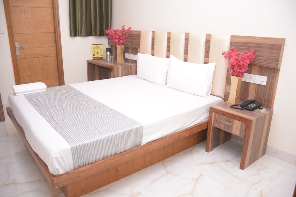 Deluxe Double Room, 1 King Bed, Private Bathroom - Street View