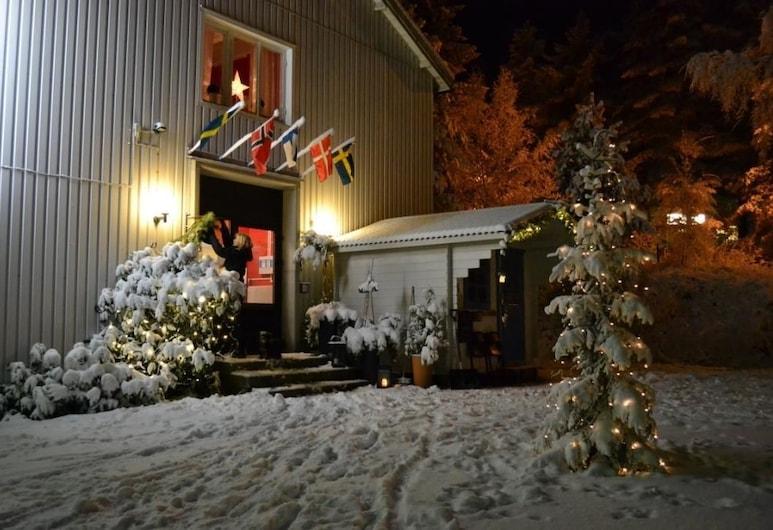 Södra Bergets Vandrarhem, Sundsvall, Hotellfasad - kväll