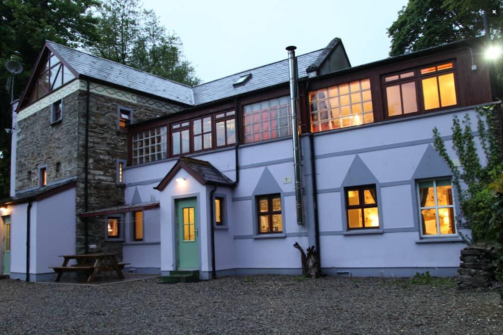 Külaliskorter, kaminaga, asukoht aias / aiapoolne - Fassaad õhtul/öösel