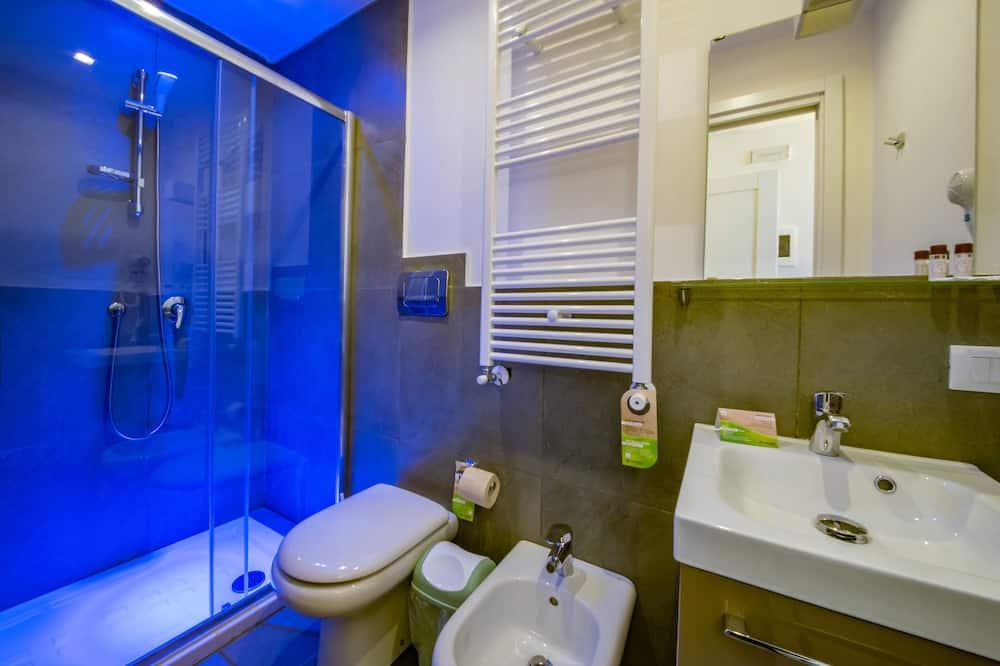 Comfort szoba kétszemélyes ággyal, 1 queen (nagyméretű) franciaágy, privát fürdőszoba - Fürdőszoba