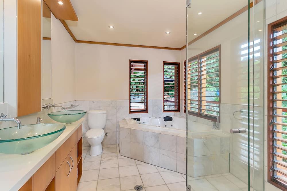 Luxury Tree House, 4 Bedrooms - Bathroom