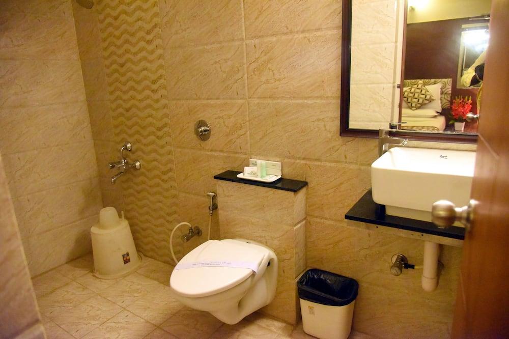 Třílůžkový pokoj typu Deluxe, 3 ložnice, bezbariérový přístup, kuřácký - Koupelna