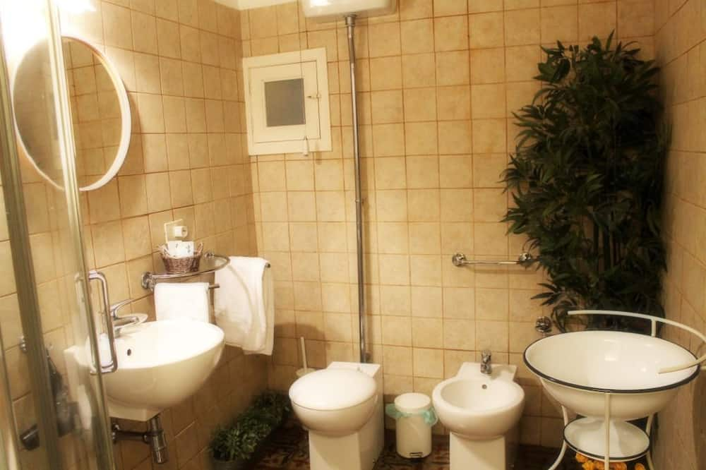 Szoba kétszemélyes ággyal, kilátással a kertre - Fürdőszoba