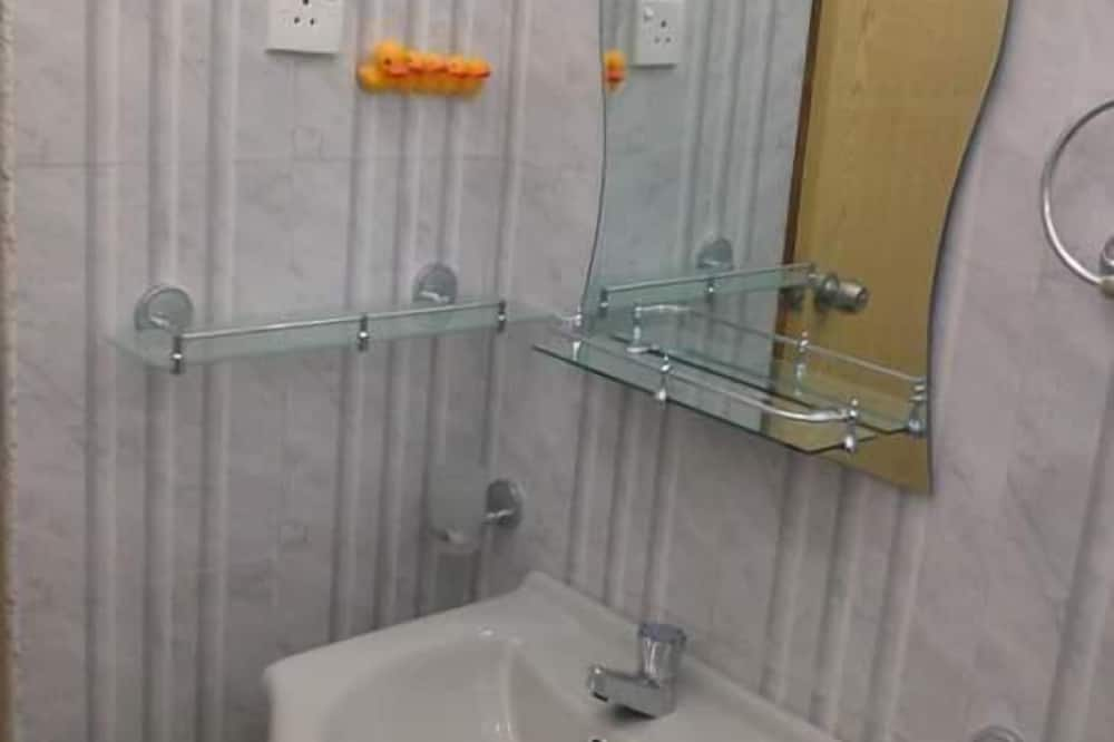Basic dvokrevetna soba, 2 spavaće sobe - Umivaonik u kupaonici