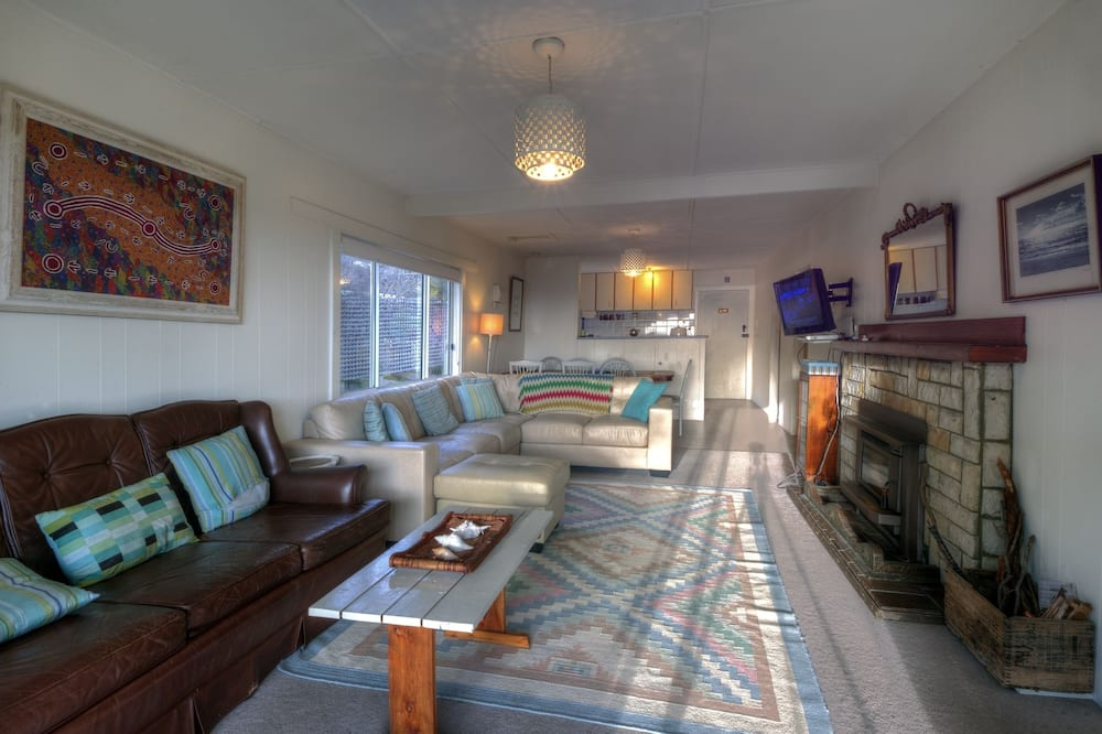 4 Bedroom Family House with stunning Sea and Mountain Views - Living Area
