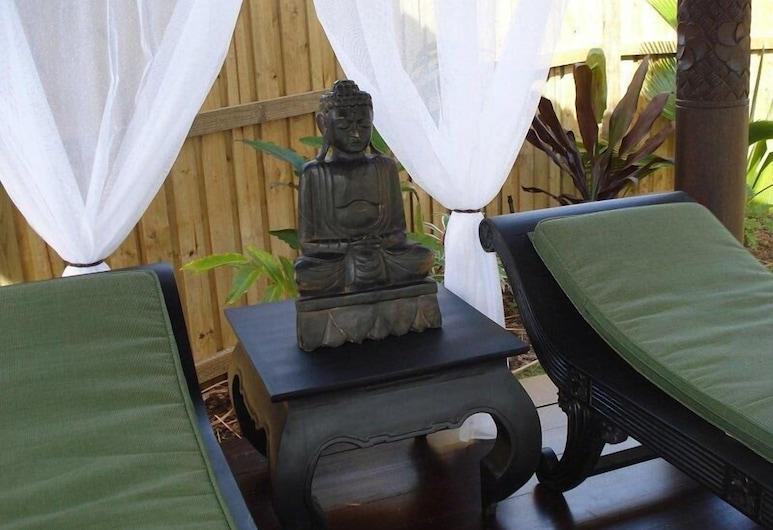 Kintamani Luxury Villas, Palm Cove, Varanda com Espreguiçadeiras