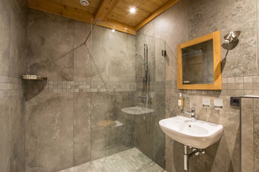 Luxury Double or Twin Room, Ensuite, Mountain View - Bathroom