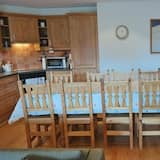 Apartment, 3 Bedrooms, Balcony, Mountain View - In-Room Dining