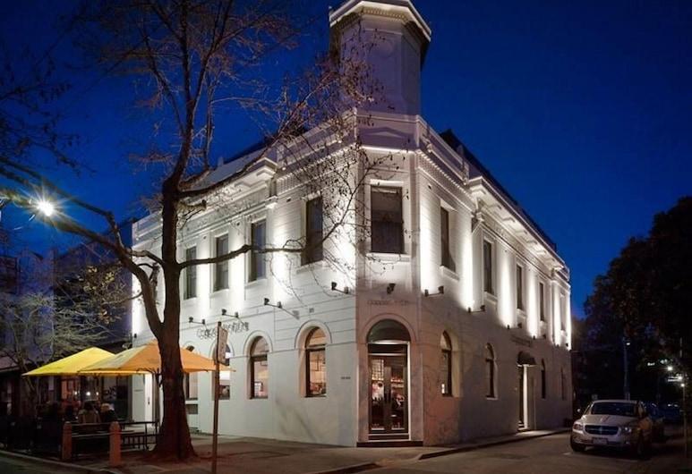 Coppersmith Hotel, South Melbourne, Fachada do hotel (à noite)