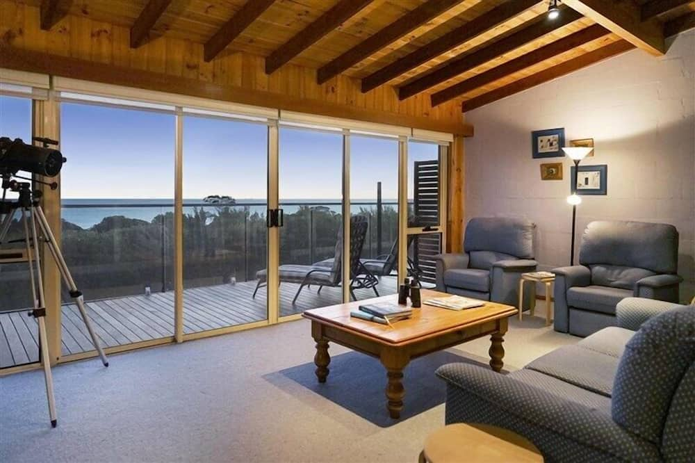 4 Bedroom House with fantastic Ocean Views - Living Room