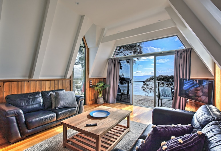 Sunsets, Coles Bay, One Bedroom House with stunning Ocean Views, Living Room