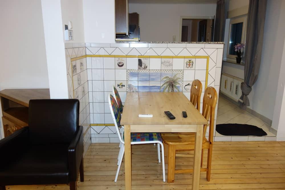 Klasikinio tipo apartamentai, 3 miegamieji, vaizdas į sodą, pirmas aukštas - Vakarienės kambaryje