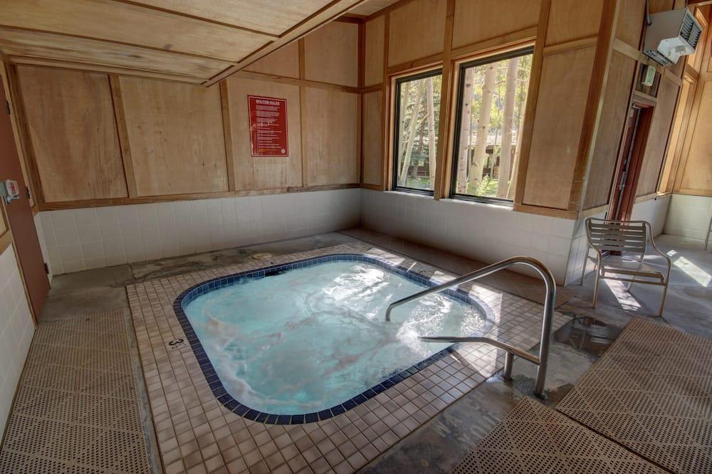 Butas, Kelios lovos, vaizdas į kalnus (Lodgepole 2015) - SPA vonia viduje